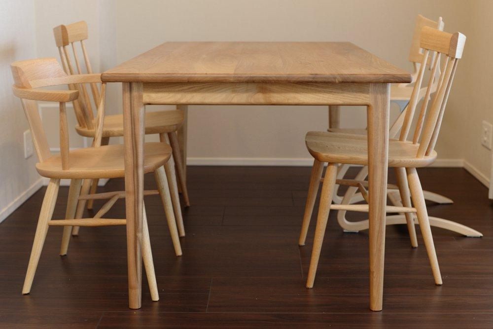 クルミとコーリアンのダイニングテーブル