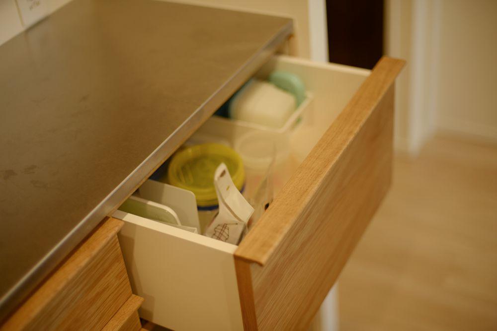 ナラとグレーの化粧板とステンレスを使った食器棚