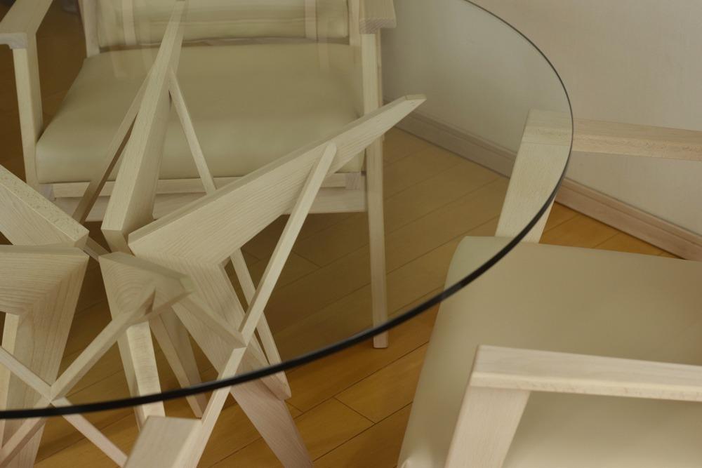 ブナのダイニングチェアとブナとガラスのラウンドテーブル