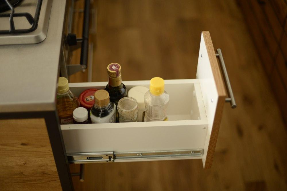 ナラ節アリ材とステンレスバイブレーションとアイアンの脚のアイランドキッチン