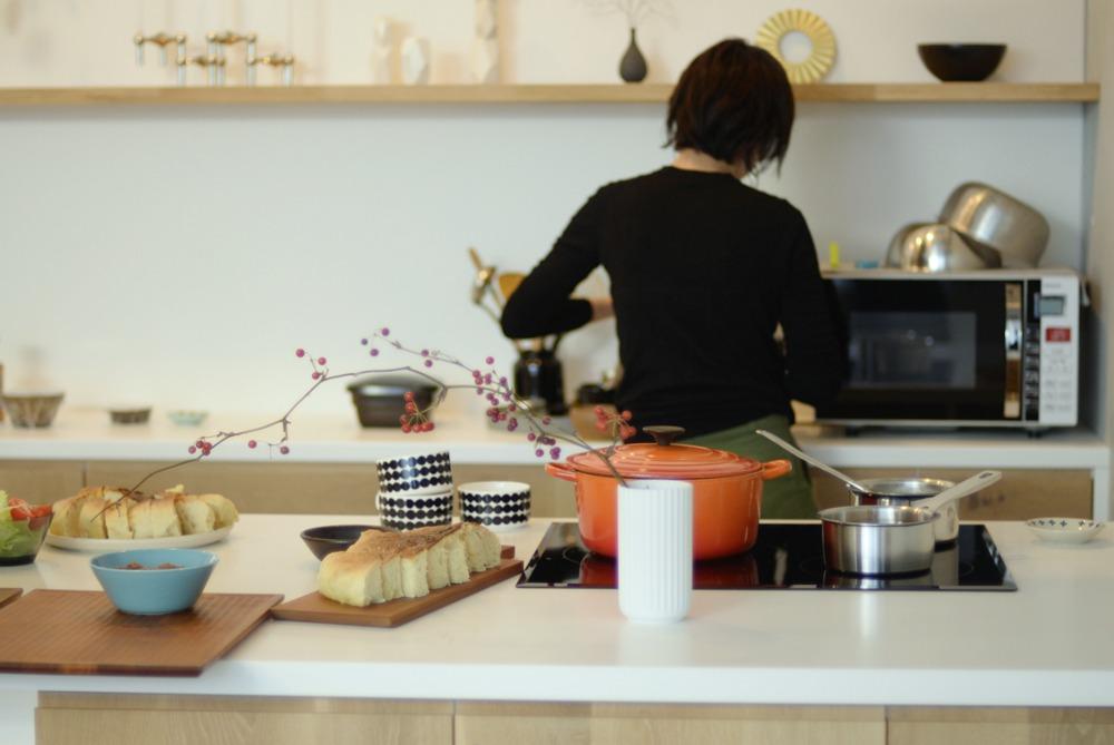 ナラ節アリ材と白いコーリアンのキッチンとバックカウンター