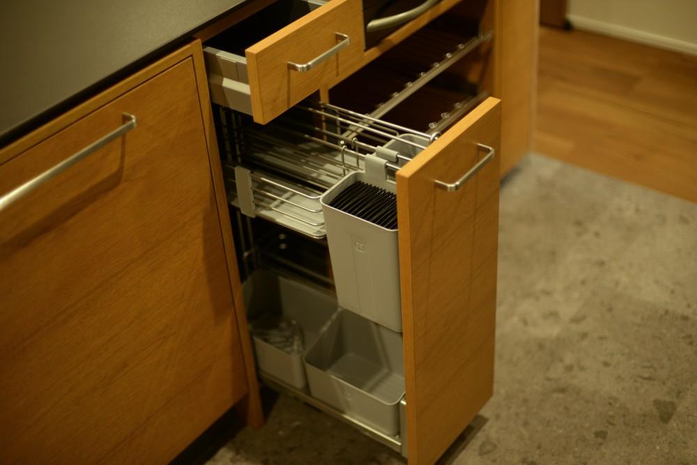 クルミとセラミックストーンを使ったアイランドキッチン