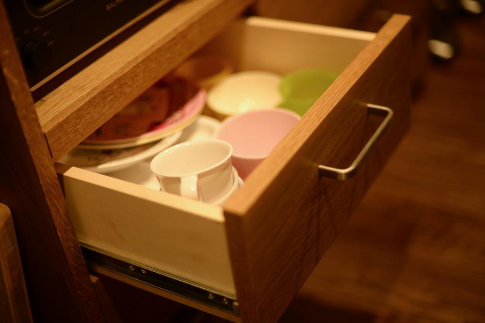オーク節アリ材の食器棚とカウンター下収納