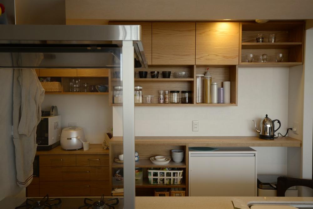 ナラ板目材を使った食器棚とワークカウンターとシェルフ
