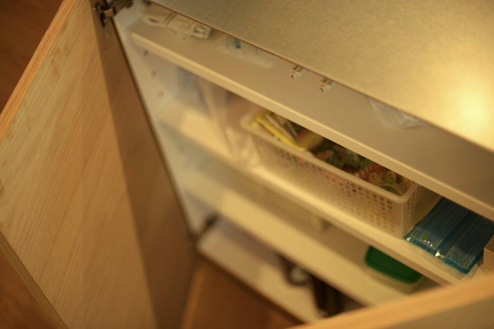 厚み5mmのステンレスバイブレーションカウンターとオークランダム張り突板を使ったアイランドキッチンと、キッチンバックボードとリビングボード