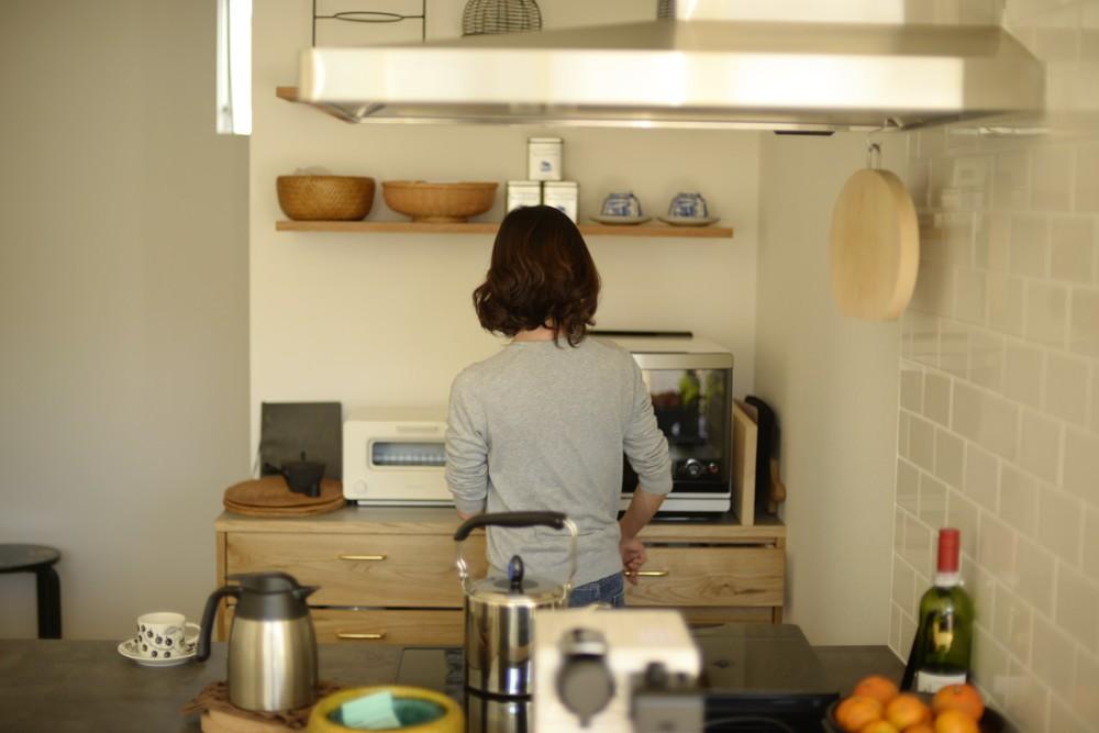 ナラ節アリ材とメラミン化粧板を使ったキッチンバックカウンター