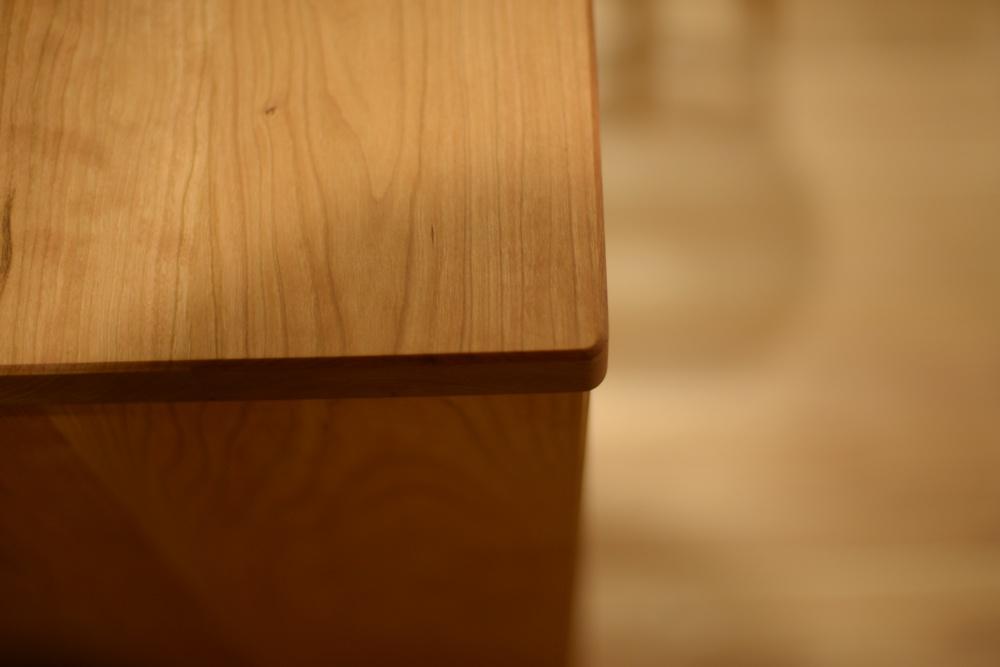 アメリカンチェリーのダイニングテーブルとチェアとキッチンカウンターと