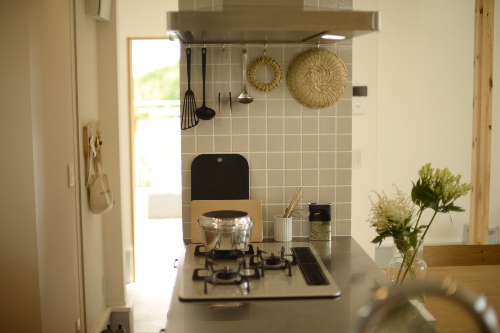 ステンレスヘアラインとナラ板目のペニンシュラキッチン