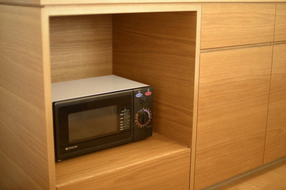 ナラ板目材のキッチンバックカウンター