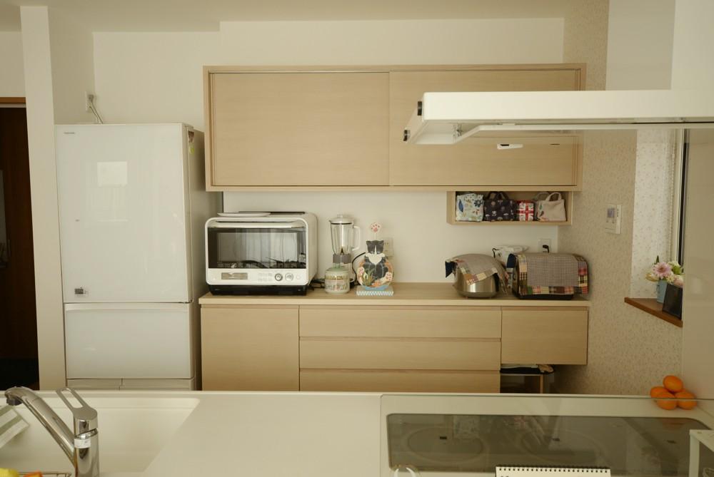 タモ柾目ホワイトオイル塗装の食器棚