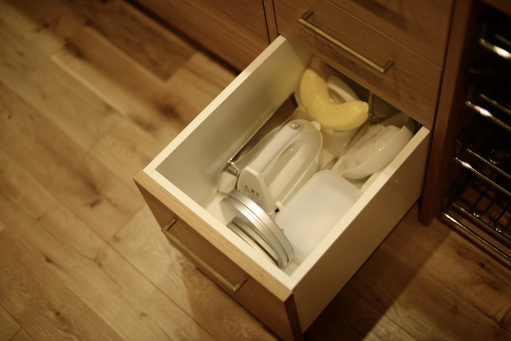 ステンレスヘアラインとナラ板目材とモールテックスのキッチン