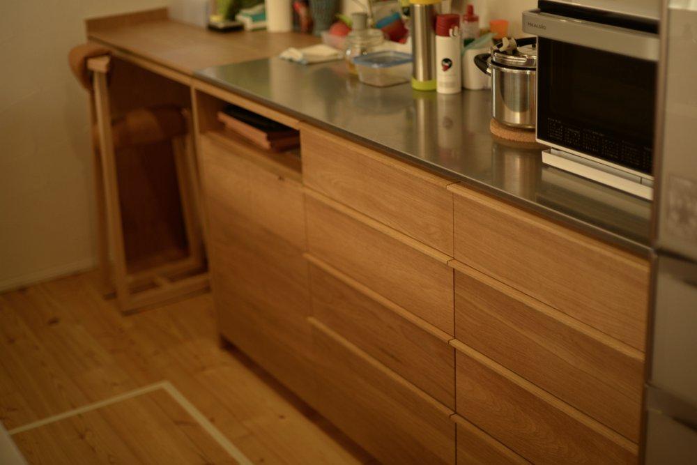 ステンレスバイブレーションとナラ板目材のキッチンバックカウンター