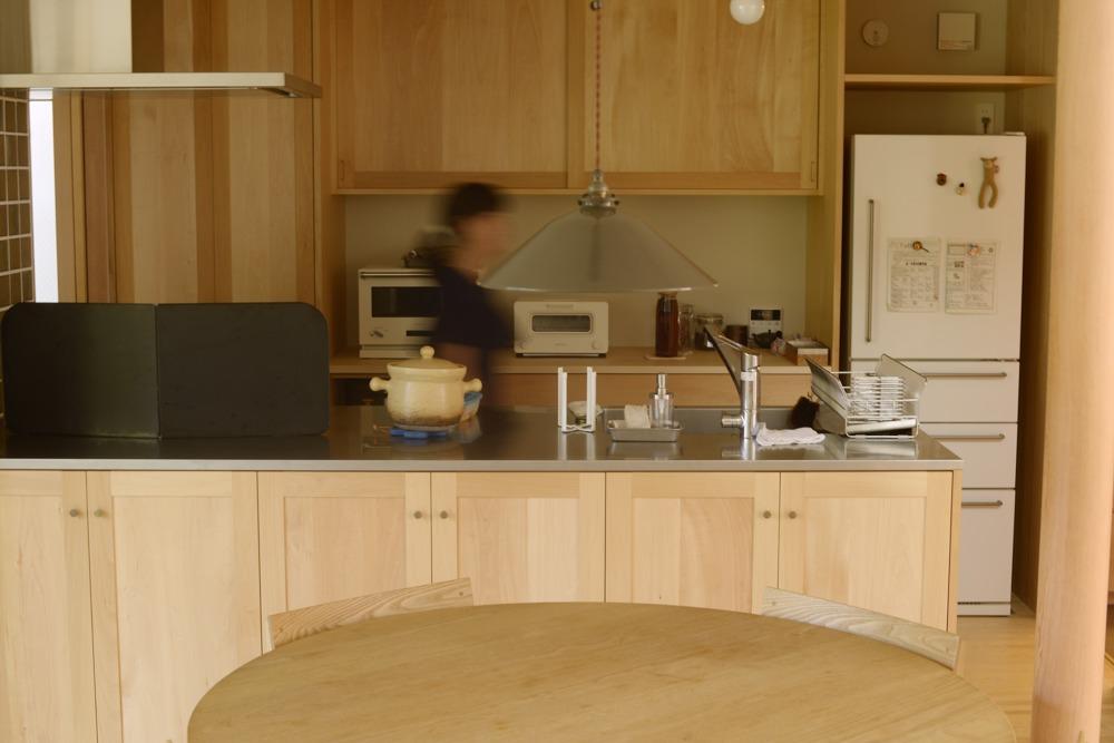 シナとバスウッドのペニンシュラ型オーダーキッチン