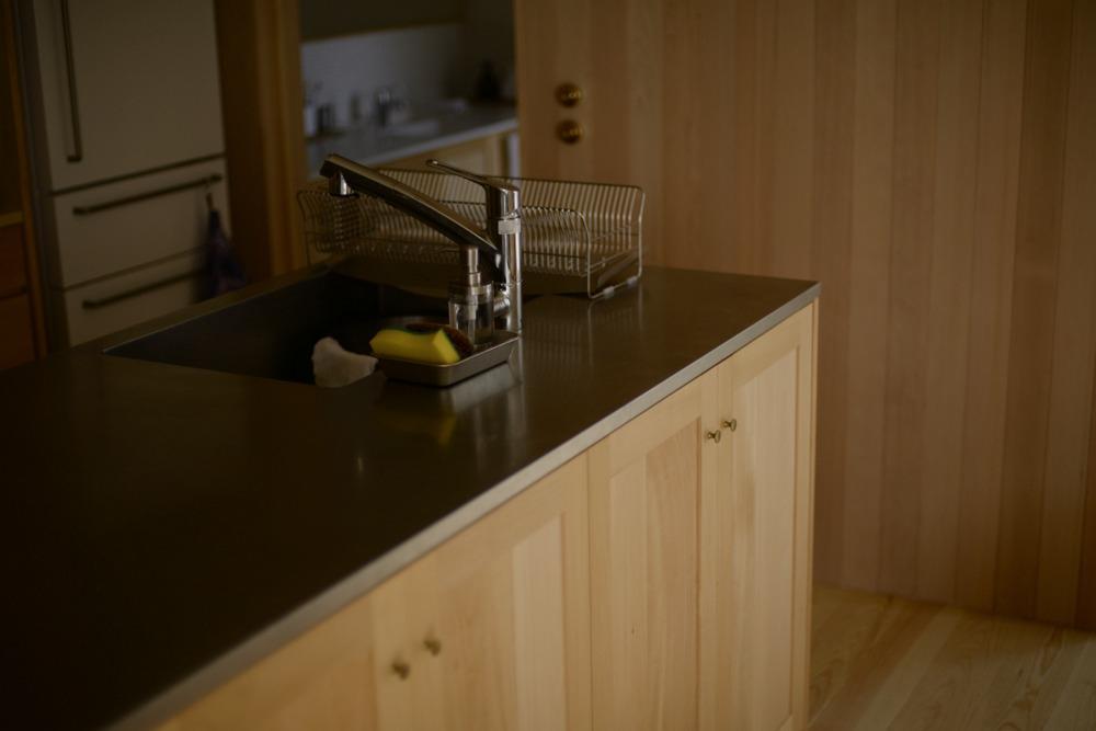 キッチンシンクはシンプルなスクエアタイプ。水栓はトクラスの浄水器一体水栓