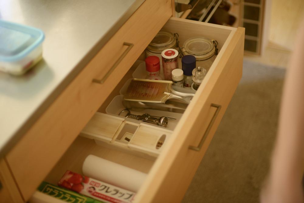 シナ材とソフトクローズレールを使ったキッチンの引き出し