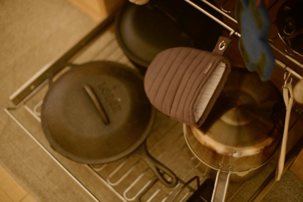 スライドワイヤーシェルフの下段にはスキレットなどの重い鍋を収納