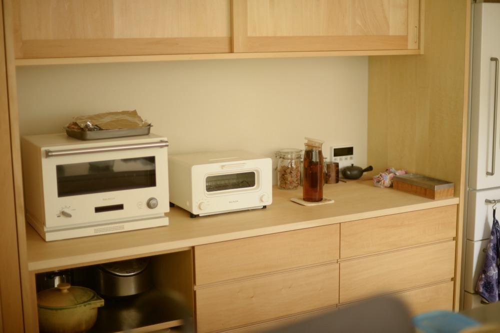 シナとバスウッドを使ったキッチン背面収納