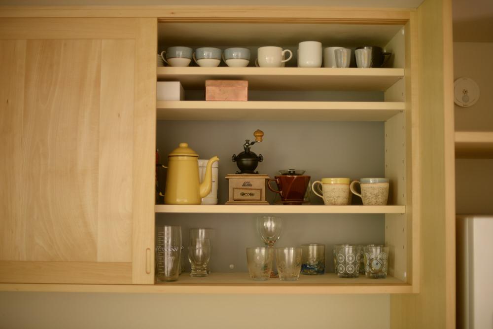 框組引き戸のある食器吊戸棚