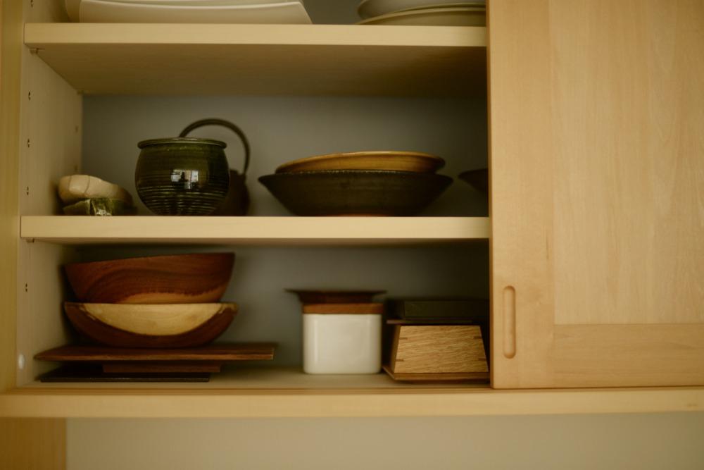 引き戸のある食器吊戸棚