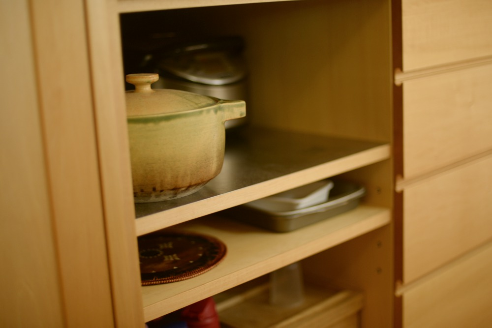 ステンレスを張った鍋をしまう棚板