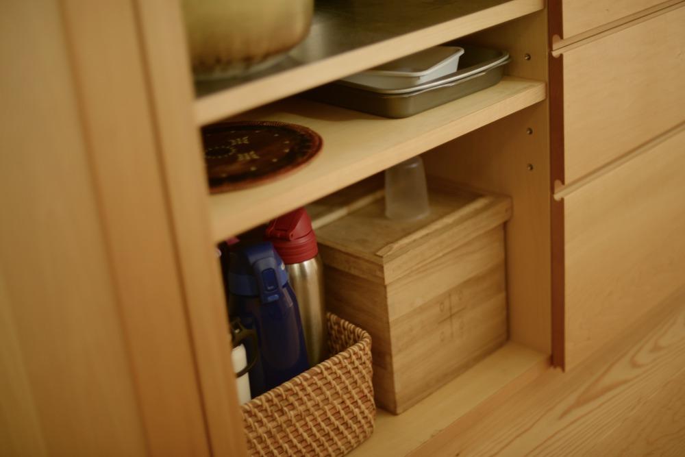 米びつとトレイを収納するスペースを高さに合わせて製作