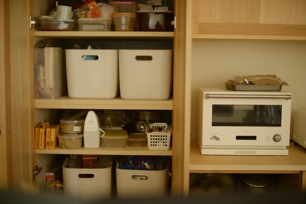 食品庫はシンプルに可動棚のみ