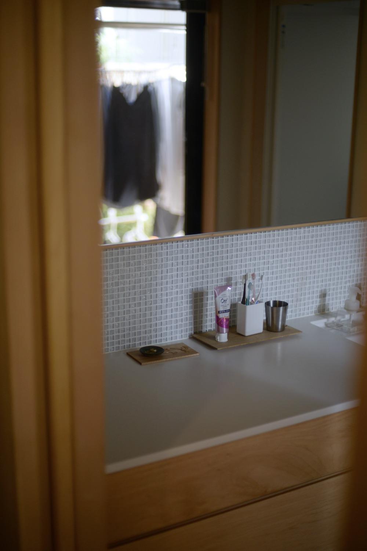 コーリアンとシナの洗面カウンター