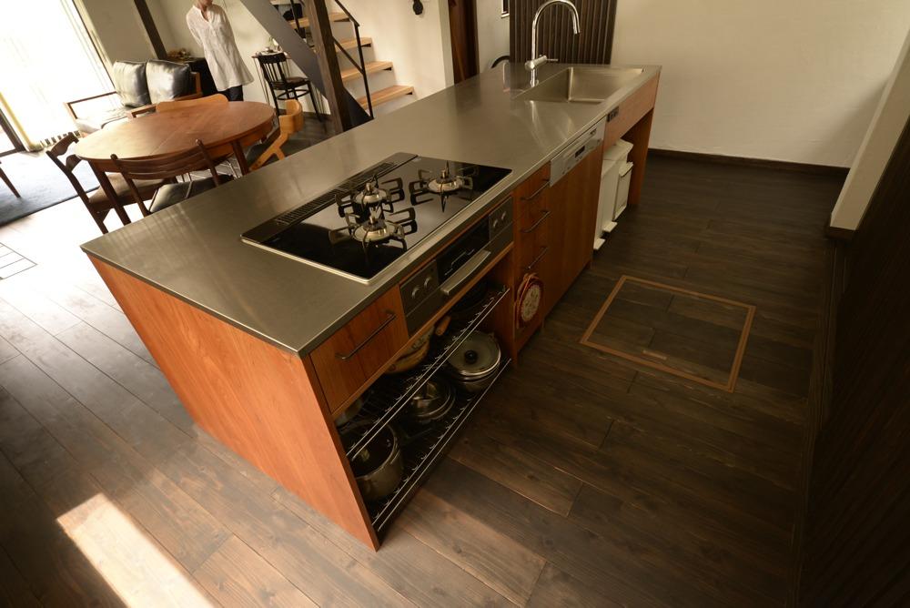 ステンレスヘアラインとアメリカンチェリー材を使ったアイランドキッチン