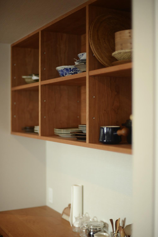 アメリカンチェリーの食器カウンターとオープン棚