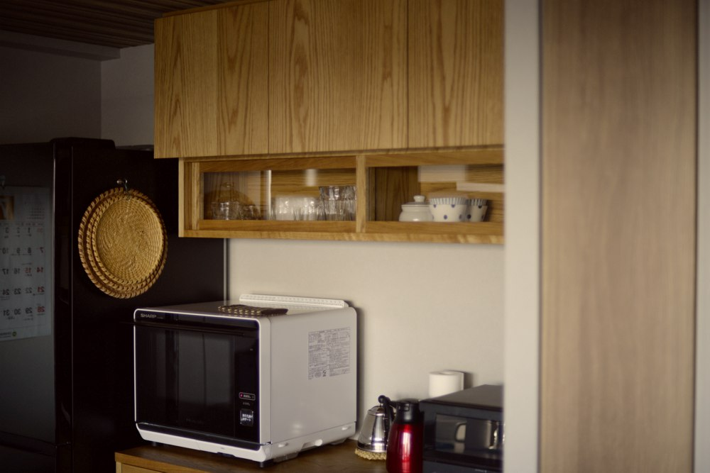 ナラランダム張り突板を使った食器棚