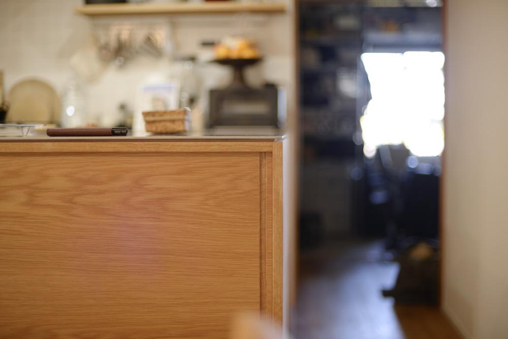 ステンレスバイブレーションとナラのセパレートキッチン