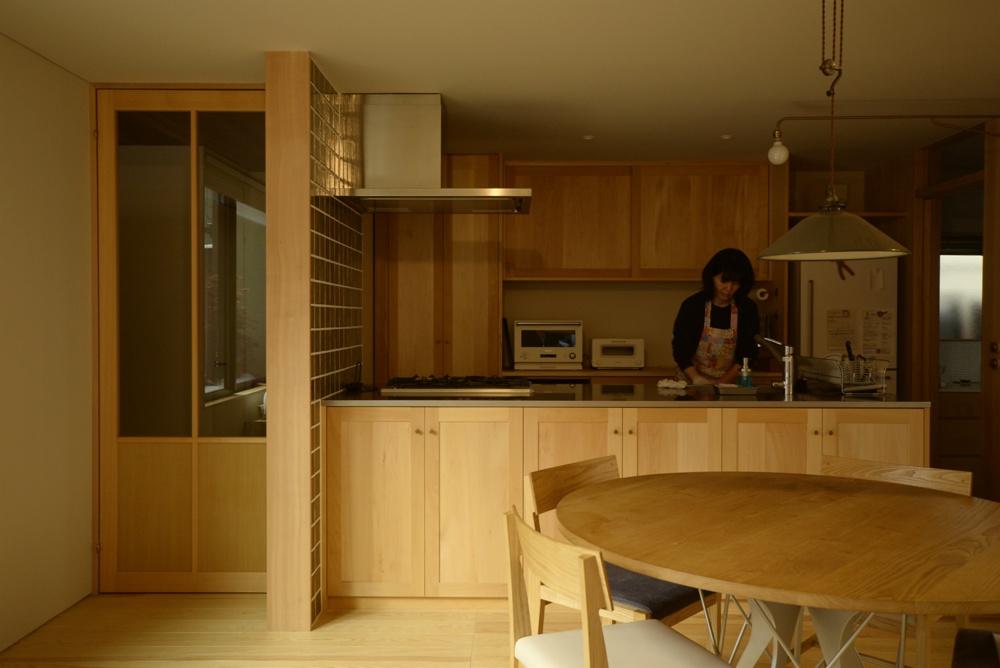 シナとバスウッドを使ったペニンシュラ型オーダーキッチン