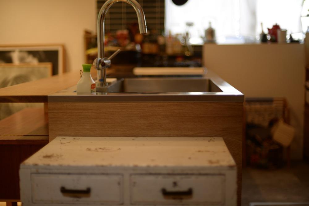 ナラのペニンシュラタイプのキッチンと食器棚