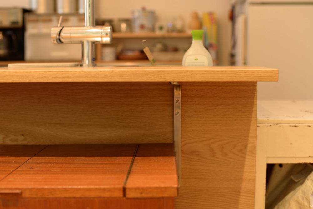 張り出したキッチンカウンター