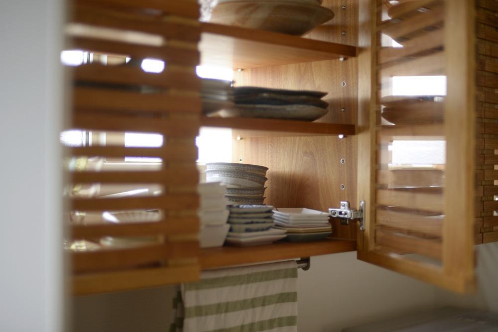 クルミの格子扉のある吊戸棚
