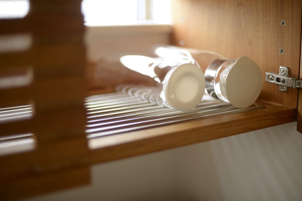 吊戸棚の下面は水切り棚
