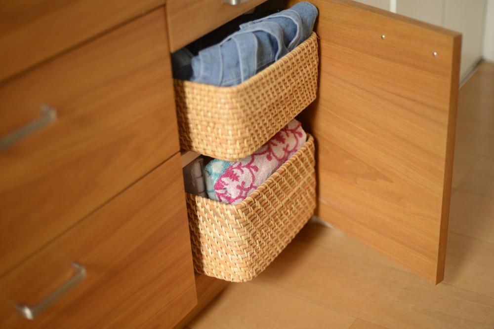 食器棚の扉を開けると籐の籠