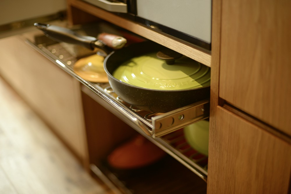 クルミとステンレスバイブレーションのセパレートキッチン