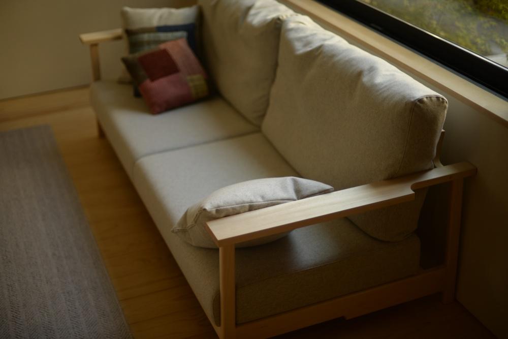シナ無垢材とフェザーのソファ