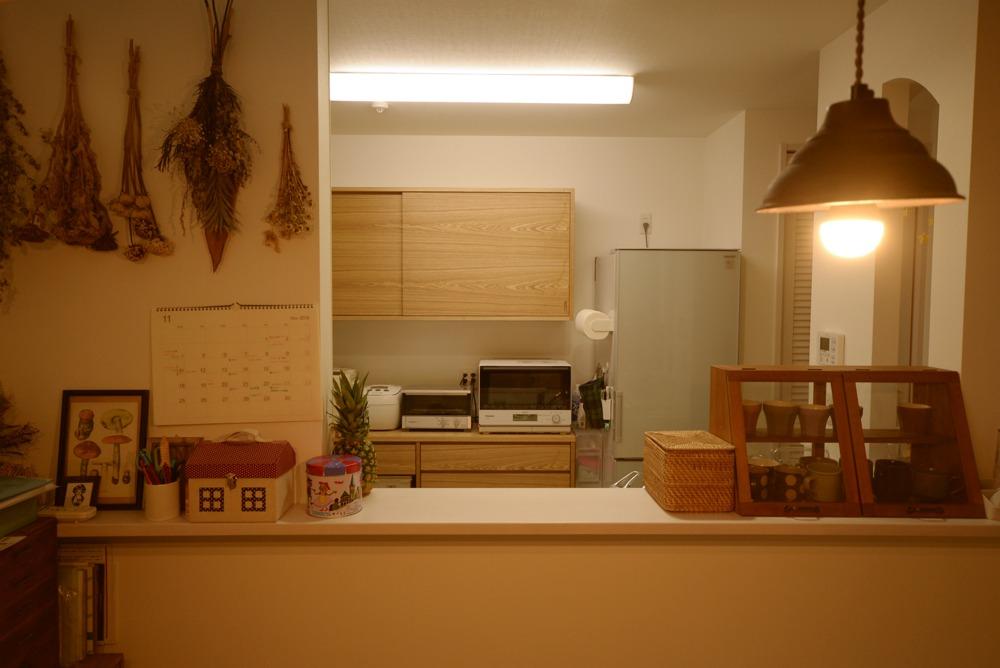 タモ板目材を使ったの引き戸のある食器棚