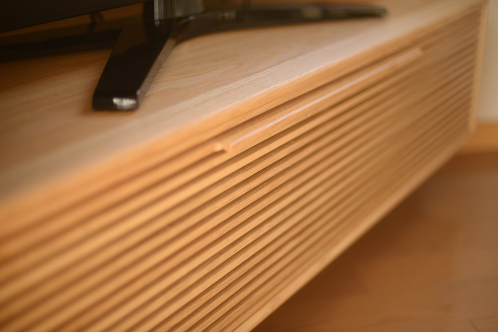 クリの円卓とオリジナルダイニングチェアと格子の5角形のテレビボード