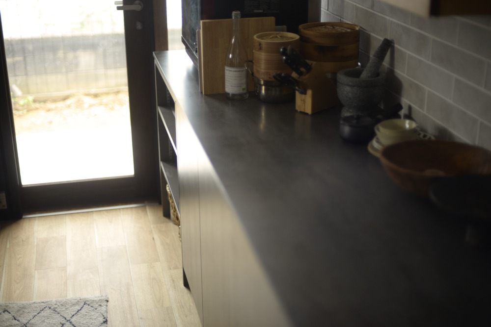 コーリアンラバロックとクルミのアイランドキッチン