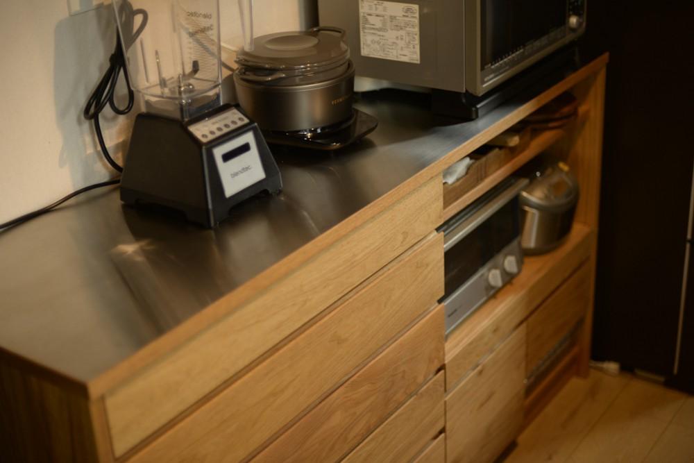 キャットウォークのあるクルミ材のキッチンカップボード