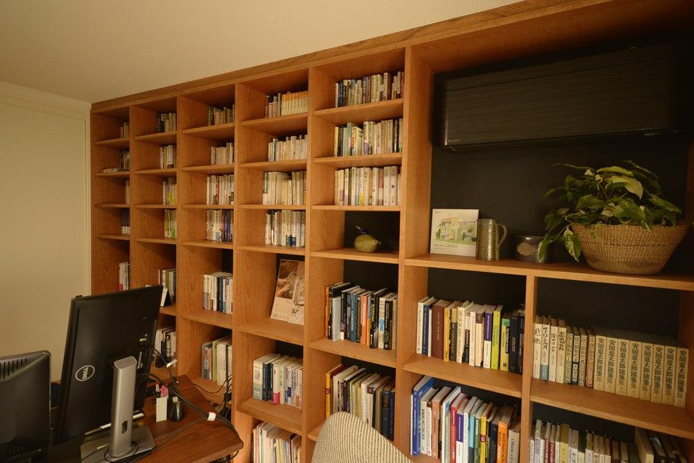チェリー材とアクセントクロスを使った本棚
