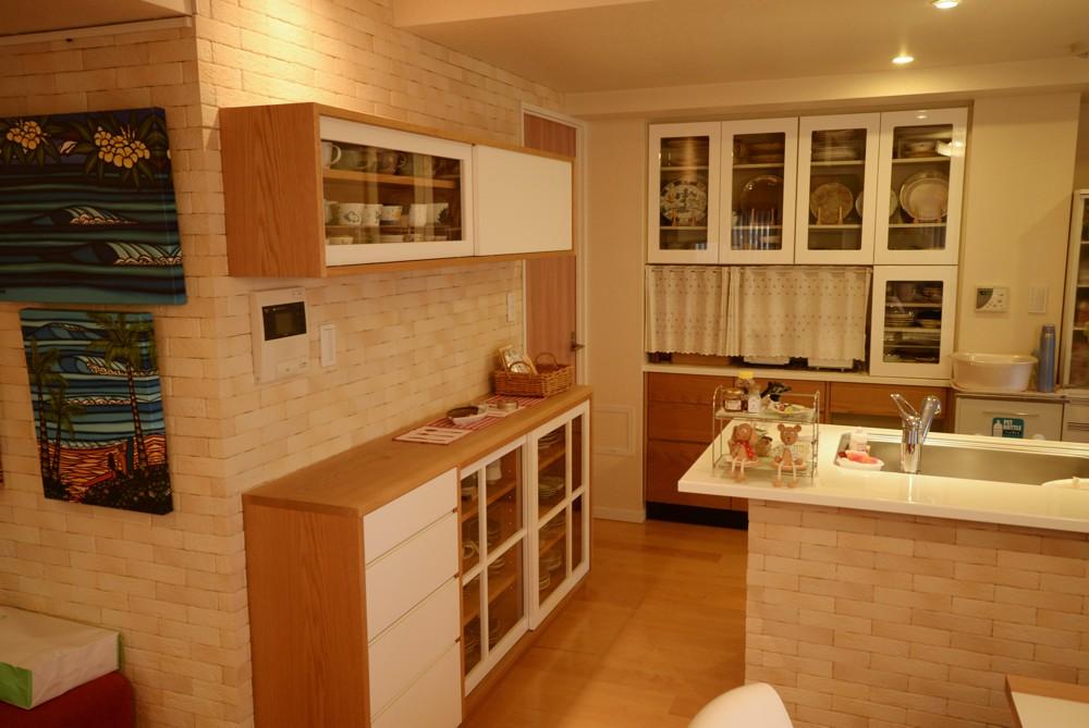 ホワイト塗装とナラ材を使ったキッチンカップボード