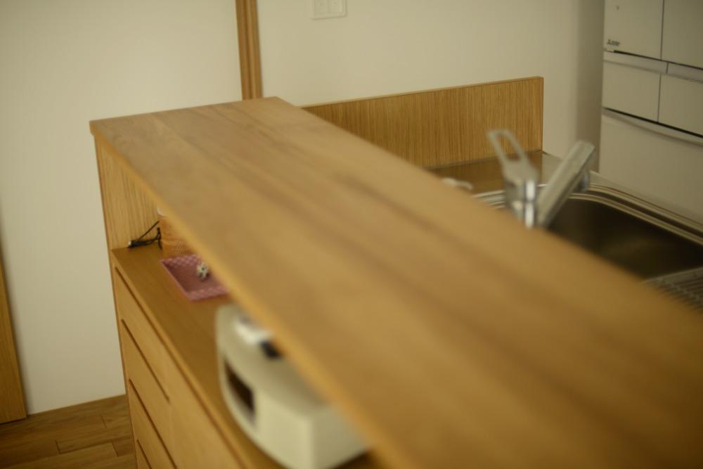 ナラ材を使ったキッチン対面カウンター下収納