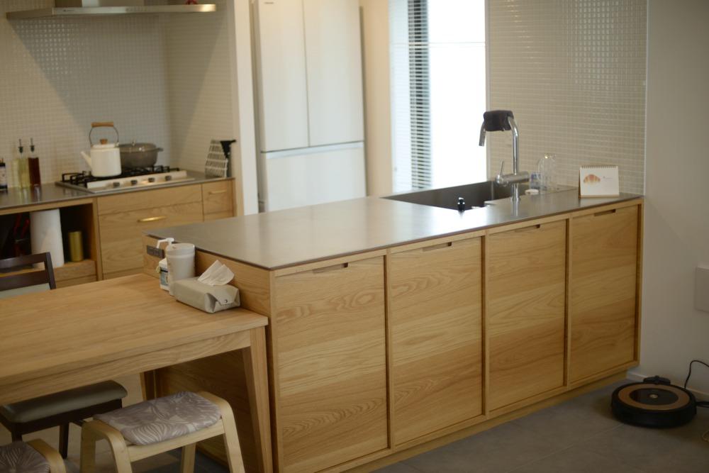 ステンレス5ミリバイブレーションとオークランダム張り突板のキッチン