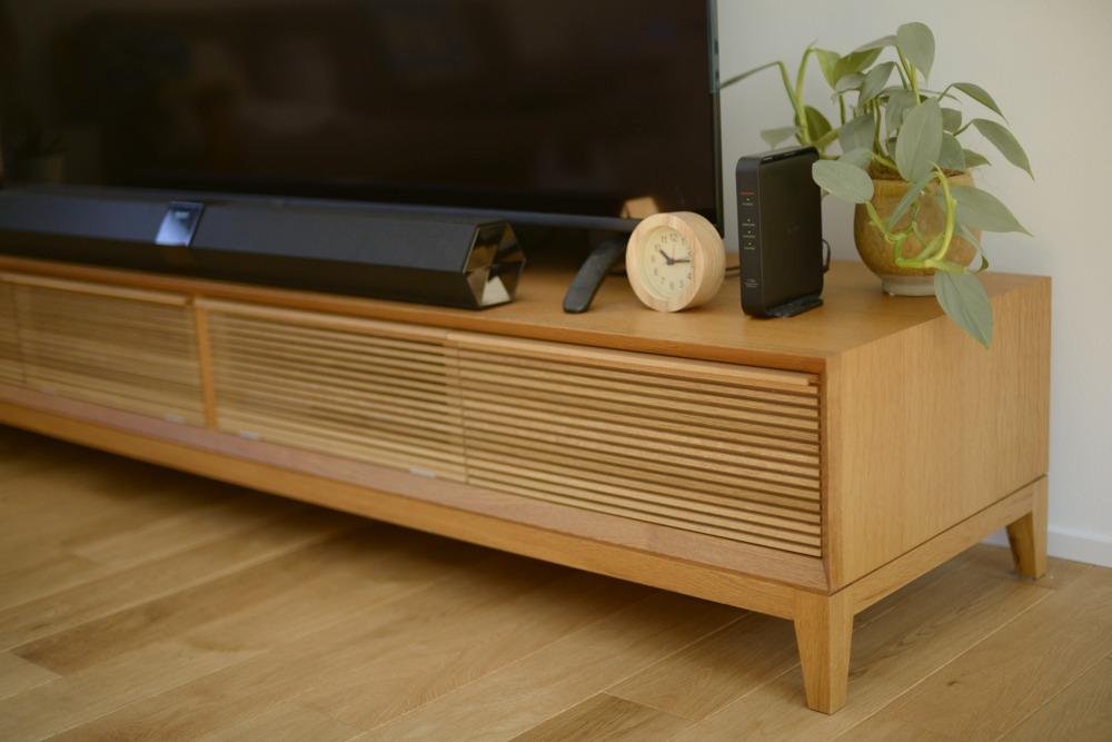ナラ柾目のボーダーデザインのテレビボード