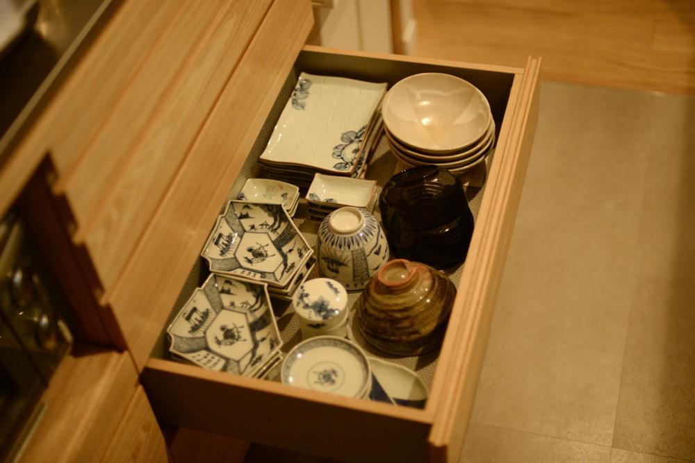 タモのセパレートタイプの食器棚と対面カウンター収納
