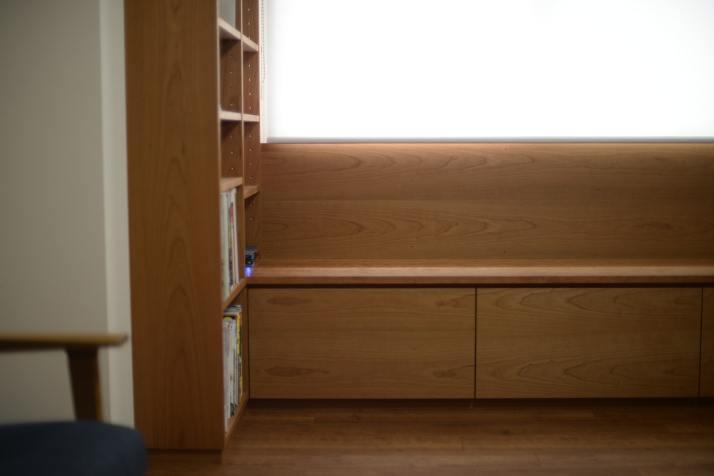 ブラックチェリーのテレビボードとベンチと本棚